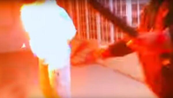 Küveytdə yumoristik verilişin aparıcısı canlı efirdə qonağının üzərinə benzin tökərək yandırıb - Sputnik Azərbaycan