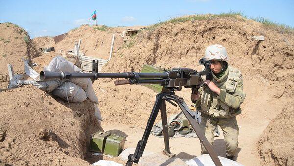 Азербайджанский солдат на освобожденном от оккупации возвышенности Леле Тепе - Sputnik Azərbaycan
