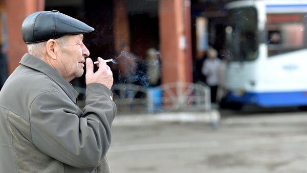 Мужчина курит сигарету, фото из архива - Sputnik Азербайджан
