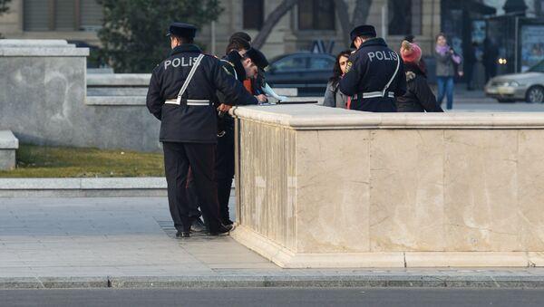 Дорожные полицейские выписывают штрафы пешеходам, архивное фото - Sputnik Азербайджан