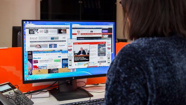 Девушка за просмотром местных новостных сайтов - Sputnik Азербайджан