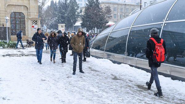 Состояние тротуаров после снега - Sputnik Азербайджан