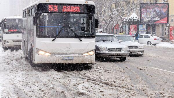 Автобусы на заснеженных улицах Баку - Sputnik Азербайджан