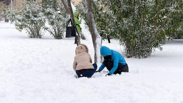 Снег в Баку — кому в радость, а кому в тягость - Sputnik Azərbaycan