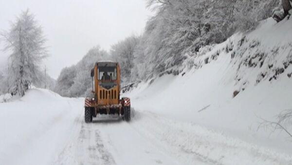 В Габалинском регионе выпал снег высотой в полметра - Sputnik Азербайджан