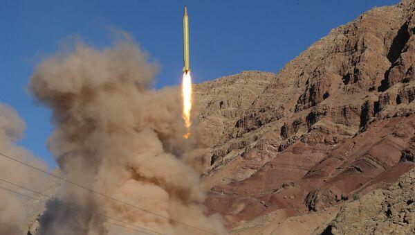 Запуск баллистической ракеты дальнего действия Гадр на склоне горы Эльбурс на севере Ирана, 9 марта 2016 года - Sputnik Азербайджан