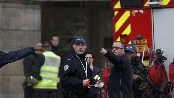 Полицейские и сотрудники аварийных служб у входа в Лувр, Париж, Франция, 3 февраля 2017 года - Sputnik Азербайджан