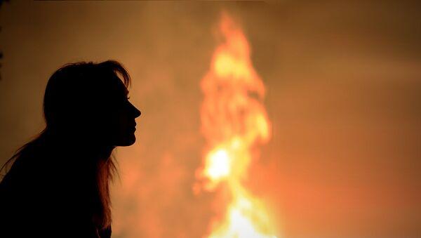 Девушка смотрит на огонь, фото из архива - Sputnik Азербайджан