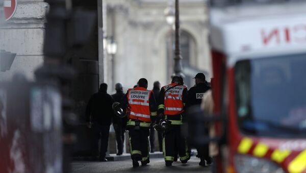 Французские полицейские и пожарные у Пирамиды Лувра в Париже, 3 февраля 2017 года - Sputnik Азербайджан