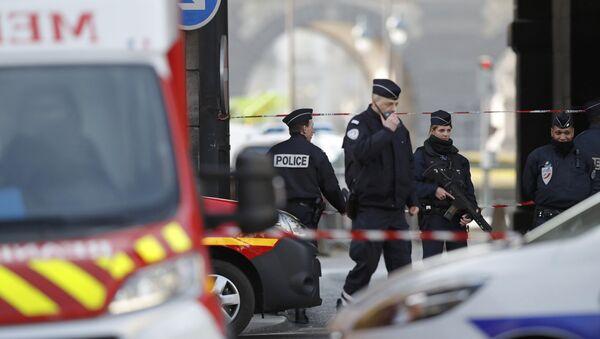 Французские полицейские у Пирамиды Лувра в Париже, 3 февраля 2017 года - Sputnik Азербайджан
