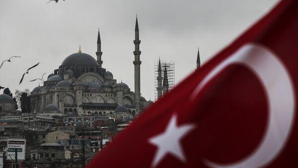 Развевающийся флаг Турции на фоне мечети Сулеймание в Стамбуле, фото из архива - Sputnik Azərbaycan