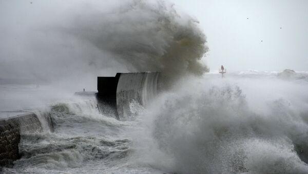 Огромные волны разбиваются о берег морского причала в порту Лескониль на западе Франции, 3 февраля 2017 года - Sputnik Азербайджан