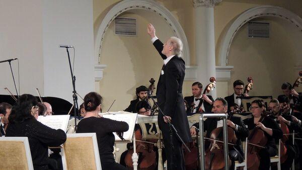 Главный дирижер Симфонического оркестра Чеченской государственной Валерий Хлебников выступил в Баку - Sputnik Азербайджан