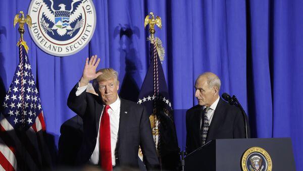 Президент Дональд Трамп и Министр внутренней безопасности Джон Келли в МВБ США, 25 января 2017 года - Sputnik Азербайджан