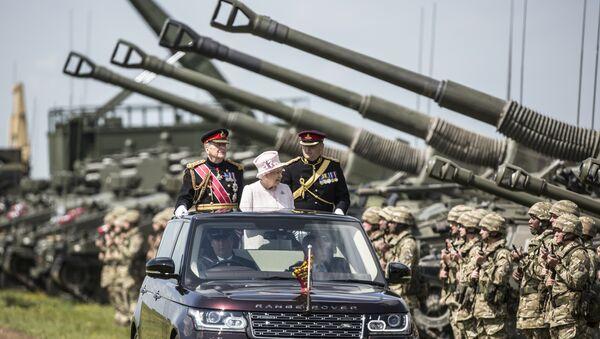 Королева Елизавета II во время ее визита в военный лагерь в Ларкхилле, Англия, фото из архива - Sputnik Азербайджан