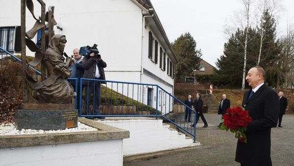 Ильхам Алиев у памятника выдающейся азербайджанской поэтессе Хуршидбану Натаван в бельгийском городе Ватерлоо - Sputnik Азербайджан