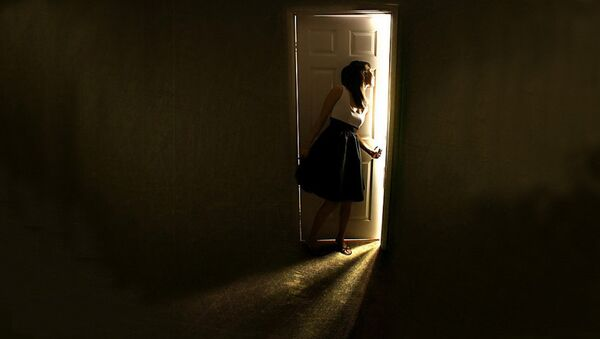 Женщина за дверью, фото из архива - Sputnik Азербайджан