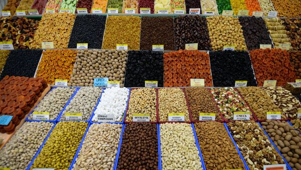 Продажа орехов и сухофруктов на Центральном рынке в Новосибирске, фото из архива - Sputnik Азербайджан