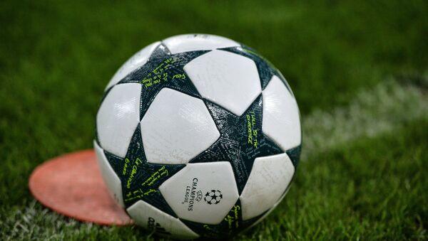Футбольный мяч на поле, фото из архива - Sputnik Азербайджан