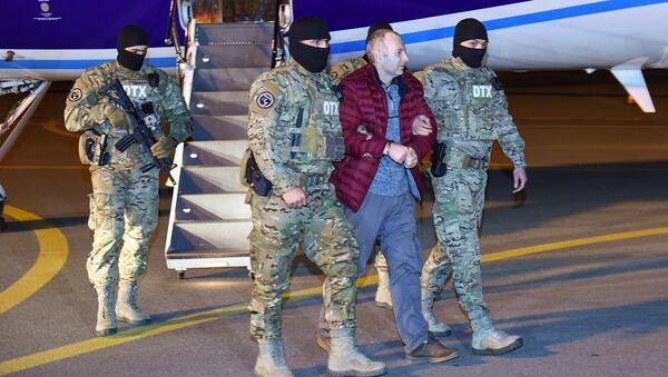 Российско-израильский блогер Александр Лапшин в сопровождении сотрудников Генпрокуратуры - Sputnik Азербайджан