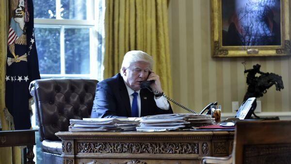 Президент США Дональд Трамп во время телефонного разговора, фото из архива - Sputnik Азербайджан