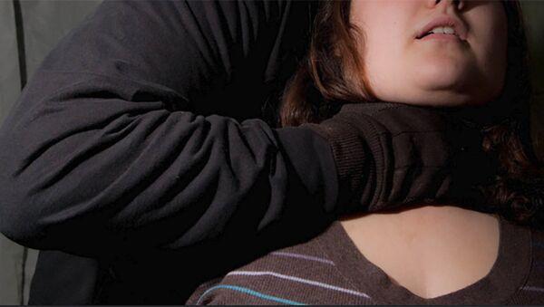 Мужчина душит женщину, фото из архива - Sputnik Азербайджан