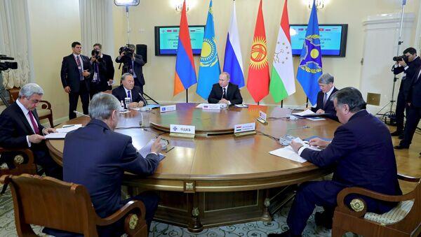 Президент РФ Владимир Путин принимает участие в заседании ВЕЭС и сессии Совета коллективной безопасности ОДКБ в Санкт-Петербурге - Sputnik Азербайджан