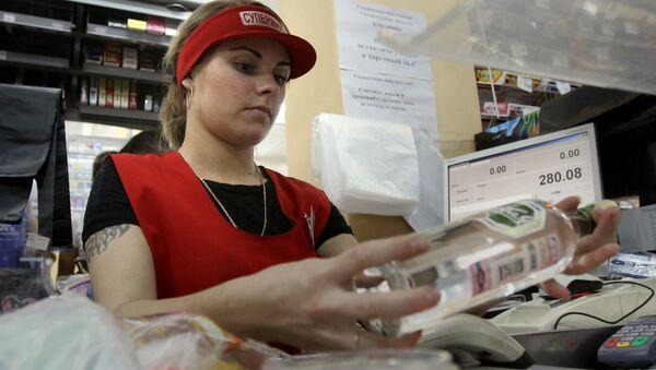 Кассир пробивает водку в одном из магазинов, фото из архива - Sputnik Azərbaycan