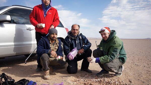 Российские ученые обнаружили в иранской пустыне 13 кг метеоритного вещества - Sputnik Азербайджан