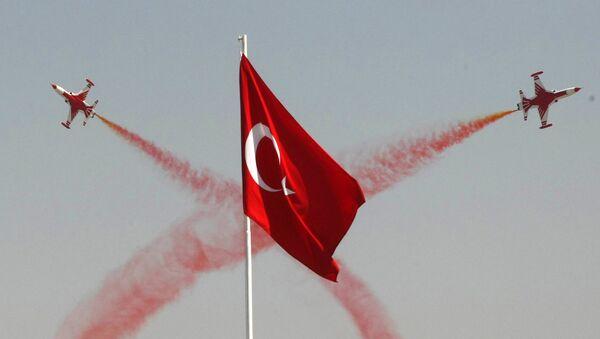 Пилотажная эскадрилья ВВС Турции выполняет маневры в ходе церемонии, посвященной 88 годовщине победы в битве при Думлупинаре, финального сражения Турции за независимость в 1922 году, Анкара, 30 августа 2010 года - Sputnik Азербайджан