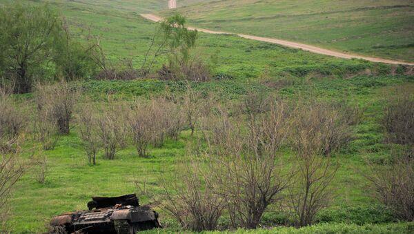 Подбитый танк армянских сепаратистов на оккупированных территориях Азербайджана, фото из архива - Sputnik Азербайджан