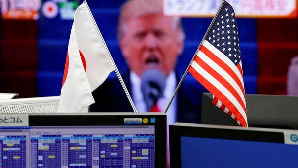 Флаги Японии и США перед монитором с изображением американского президента Дональда Трампа, фото из архива - Sputnik Азербайджан