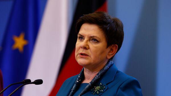 Выступление премьер-министра Польши Беаты Шидло на совместной с канцлером Германии Ангелой Меркель пресс-конференции, Варшава, 7 февраля 2017 года - Sputnik Азербайджан