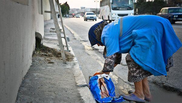 Женщина, убирающая улицы, архивное фото - Sputnik Азербайджан