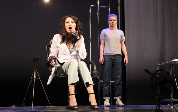 Сцена из спектакля Жестокий урок по одноименной пьесе Валентина Красногорова - Sputnik Азербайджан