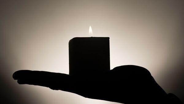 Горящая свеча в руке, фото из архива - Sputnik Азербайджан