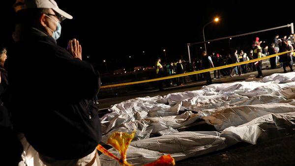 Жертвами опрокидывания экскурсионного автобуса на острове Тайвань стали 34 человека - Sputnik Азербайджан