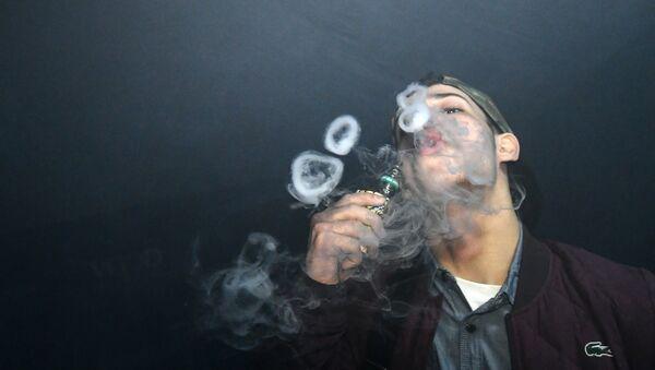 Парень курящий вейп, фото из архива - Sputnik Азербайджан