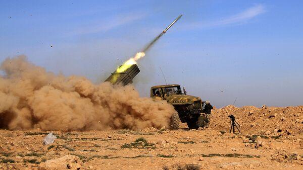 Солдаты сирийской армии запускают ракету, Ракка, Сирия - Sputnik Азербайджан
