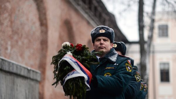 Сотрудники МЧС РФ возлагают венок к мемориальному комплексу, фото из архива - Sputnik Азербайджан