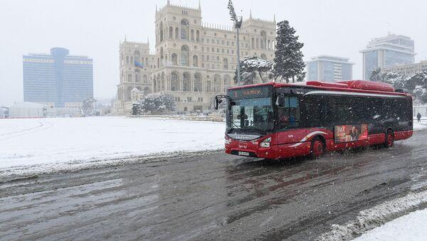Общественный транспорт в снежную погоду в Баку - Sputnik Azərbaycan