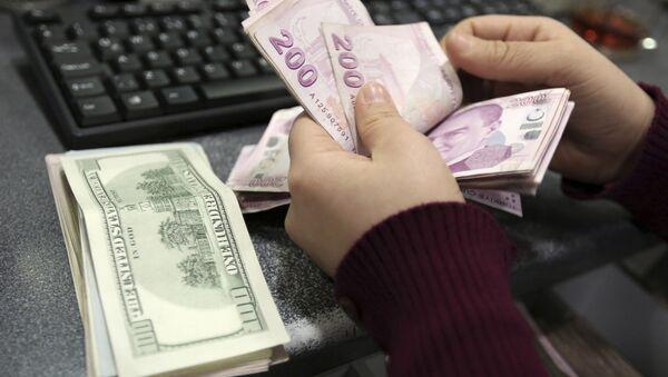 Девушка пересчитывает деньги, фото из архива - Sputnik Азербайджан