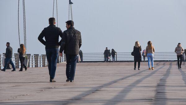 Люди на бакинском приморском парке - Sputnik Azərbaycan