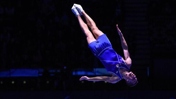 Илья Гришунин завоевал серебряную медаль на соревнованиях Кубка мира по прыжкам на батуте в индивидуальных выступлениях - Sputnik Азербайджан