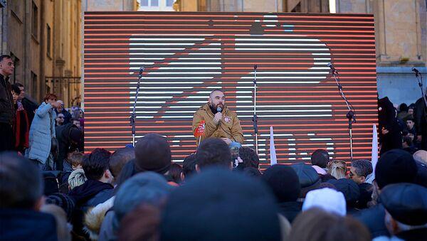 Митинг в поддержку телекомпании Рустави 2 у здания парламента Грузии - Sputnik Азербайджан