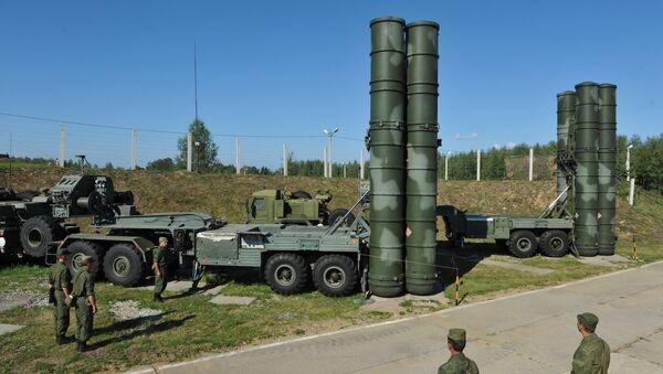 Пусковые установки зенитной ракетной системы комплекса С-400 Триумф 210-го ордена Красной Звезды зенитного ракетного полка - Sputnik Азербайджан
