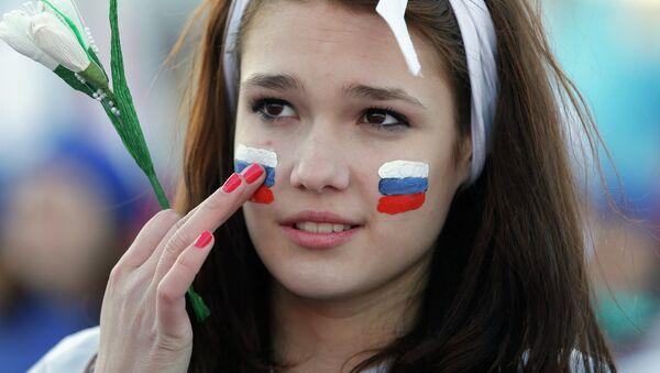 Üzündə Rusiya bayrağı çəkmiş qız - Sputnik Azərbaycan