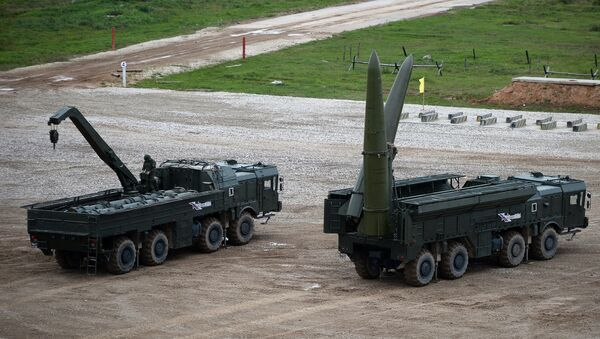 Ракетный комплекс Искандер-М (справа) во время демонстрационного показа военной техники на полигоне Алабино, фото из архива - Sputnik Azərbaycan