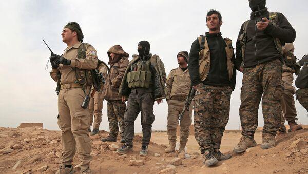 Боевики Демократических сил Сирии в окрестностях города Ракка, фото из архива - Sputnik Азербайджан