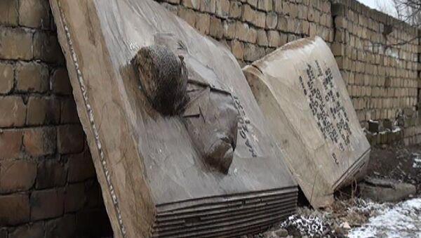 Барельефы в честь азербайджанских поэтов на крепостных стенах на въезде в Шамаху - Sputnik Азербайджан